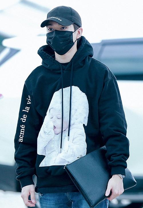 Mẫu áo cũng được lòng nhiều sao nam. Aron (NU'EST) diện hoodie đen in hình em bé đang ngái ngủ cực đáng yêu.