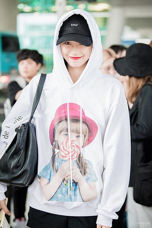 Do Yeon (Weki Meki) chọn thiết kế y hệt nhưng là dáng hoodie có mũ để thêm phần trẻ trung