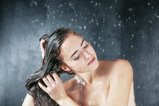 Mẹ nên tránh làm ướt vết thương trong quá trình vệ sinh cơ thể