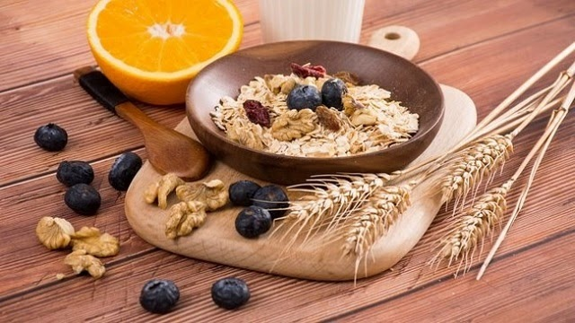 Trong quá trình giảm cân bằng yến mạch, bạn nên duy trì bổ sung thêm các loại rau củ, trái cây cho cơ thể