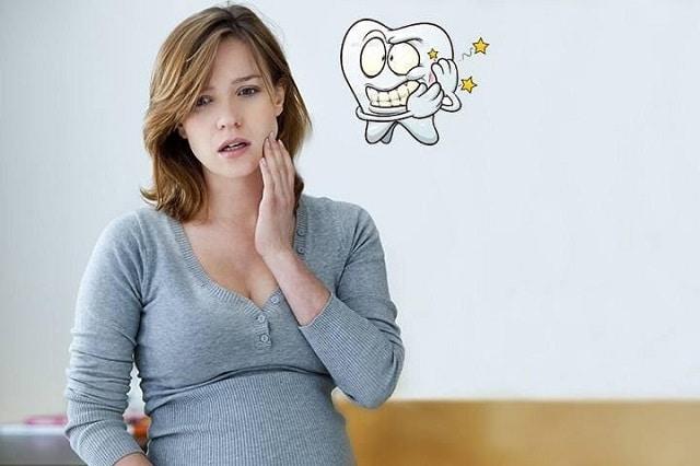 Phụ nữ mang thai dễ bị viêm lợi chân răng