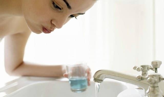 Sử dụng nước muối sinh lý súc miệng hàng ngày