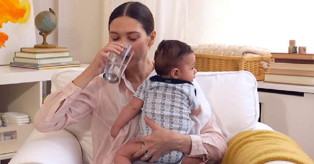 Bổ sung lượng nước hàng ngày hỗ trợ việc giảm cân sau sinh hiệu quả