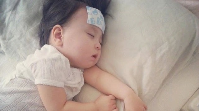 Trẻ bị sốt do tiêm vacxin
