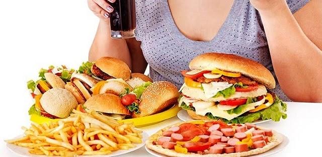 Các loại thực phẩm nhiều dầu mỡ, gia vị sẽ khiến tình trạng viêm nhiễm amidan nghiêm trọng hơn