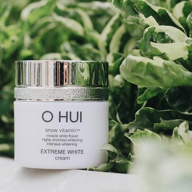 Dưỡng trắng da mặt OHUI có chất kem mỏng, mịn dễ thấm vào da, mang mùi thơm nhẹ nhàng, không gây kích ứng.