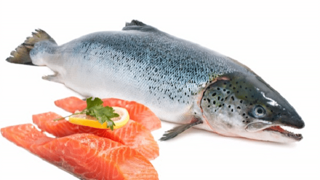 Cá hồi là một trong những thực phẩm tốt cho bà bầu 3 tháng đầu và tốt cho IQ của thai nhi